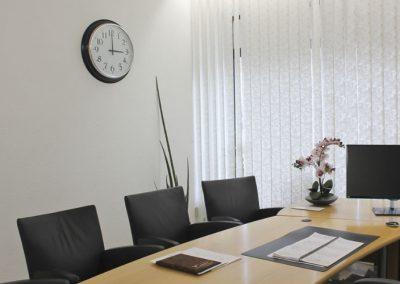 Im Bestatter-Büro: 4 Besuchersessel, auf dem Schreibtisch Orchideen