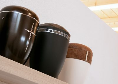 3 hochwertige Urnen in Ausstellungsraum in Steinen