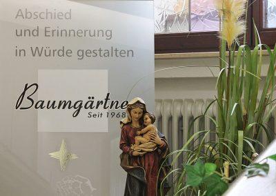 """Spruch auf Glastür """"Abschied und Erinnerung in Würde gestalten"""""""