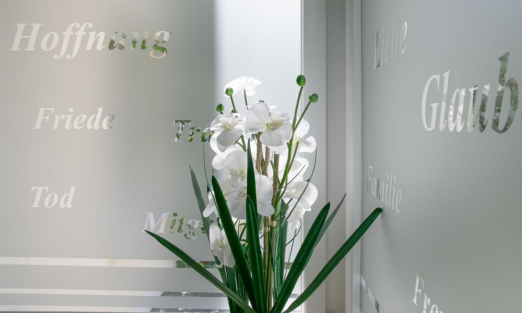 Trauerdeko weiße Orchideen