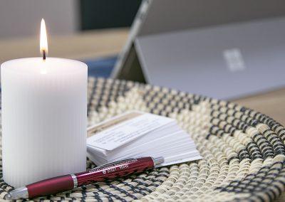 Visitenkarten, Kugelschreiber und Kerze