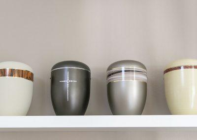 Urnen mit dezent dekorativen Elementen in unserem Ausstellungsraum in Lörrach