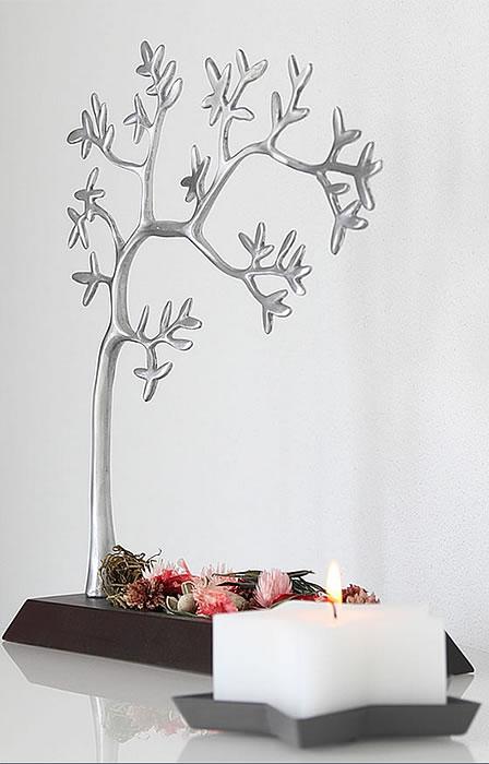 Stilleben sternförmige Kerze, silberner Baum mit Trockenblumen